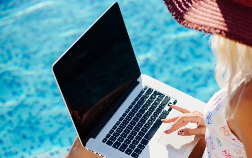 Ar apie viską pagalvojote: darbas prie baseino instagramo nuotraukose atrodo itin patraukliai, bet realybė yra kitokia