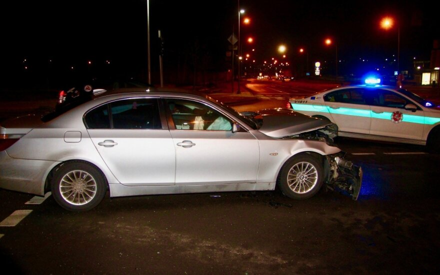 """Sostinėje susidūrė BMW ir """"VW Golf"""", skubios medikų pagalbos prireikė nukentėjusiajai"""
