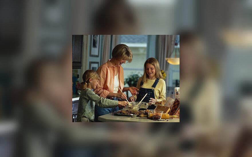 Šeima, namai, maisto gaminimas, mama su vaikais