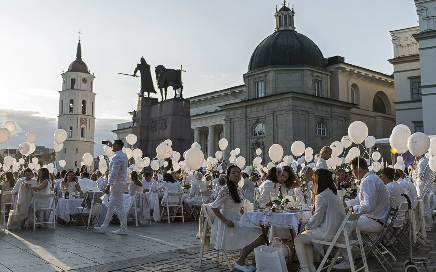 Festive atmosphere at the White Dinner in Vilnius Photo © Ludo Segers @ The Lithuania Tribune