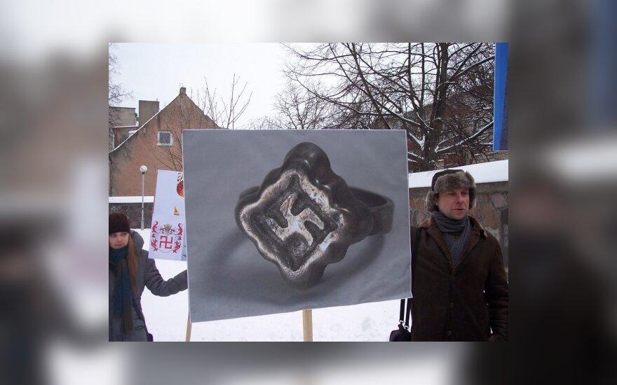 Teismas: plakatai su Saulės ženklu – istorijos paveldas