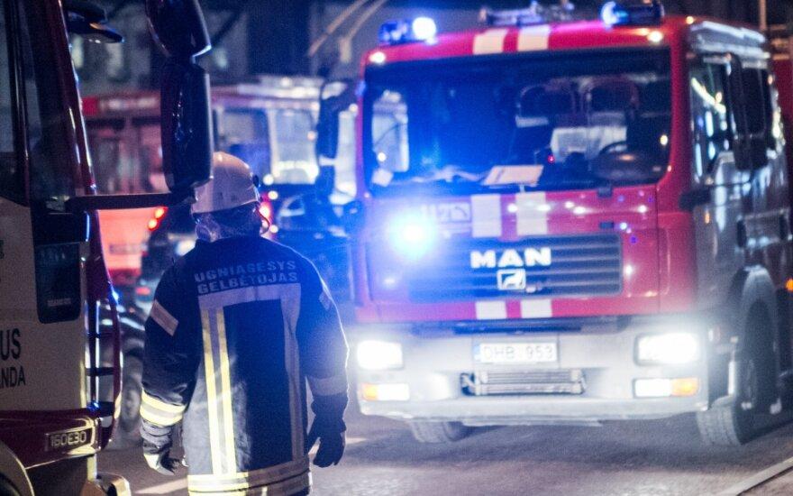 Vilniuje degė namas ir automobilis