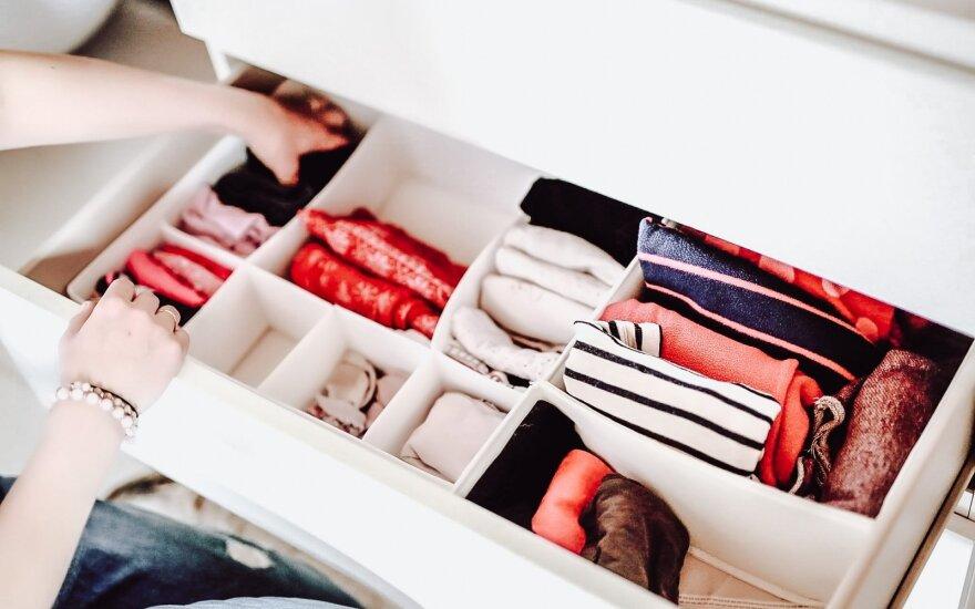 Kaip spintoje tvarkingai sudėlioti drabužius?