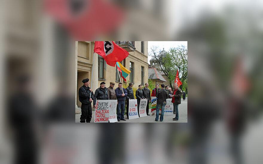 """""""Murzininkai"""" rikiavosi prie Estijos ambasados"""