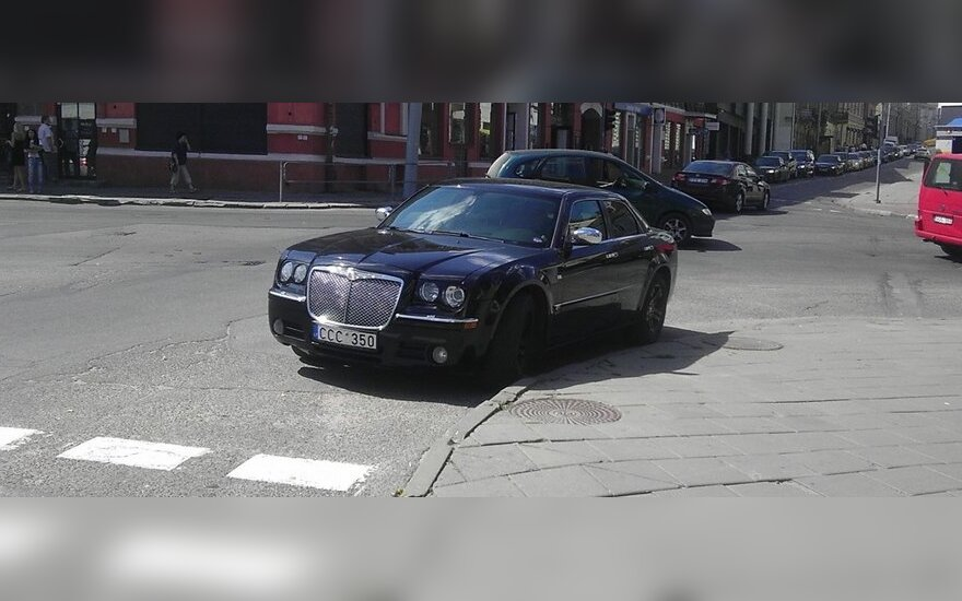 Numestas automobilis Vilniaus senamiestyje
