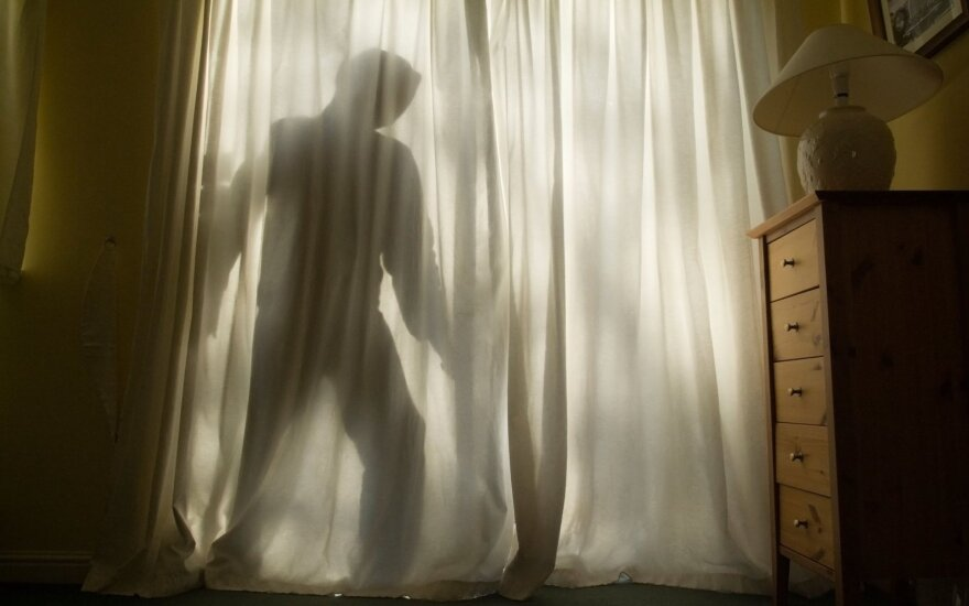 Po įrašo socialiniame tinkle – kraupi akistata: miegamajame stovėjo ginkluotas vyras