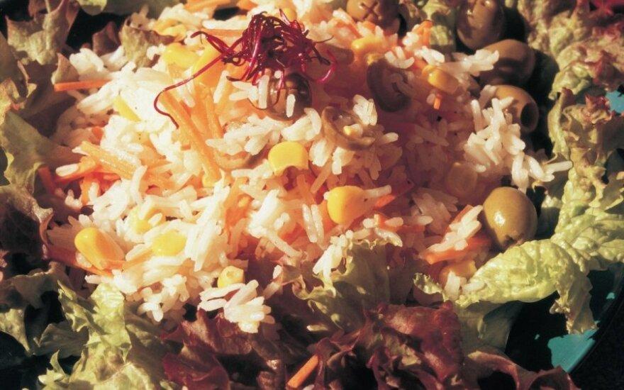Ryžių salotos su kukurūzais ir alyvuogėmis