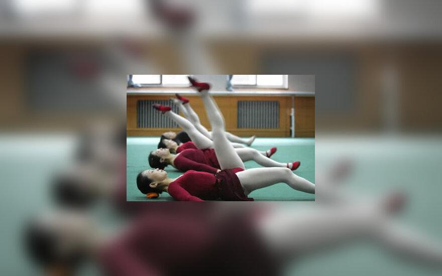Kinų moterys mokosi baleto universitete, skirtame vyresniojo amžiaus žmonėms.