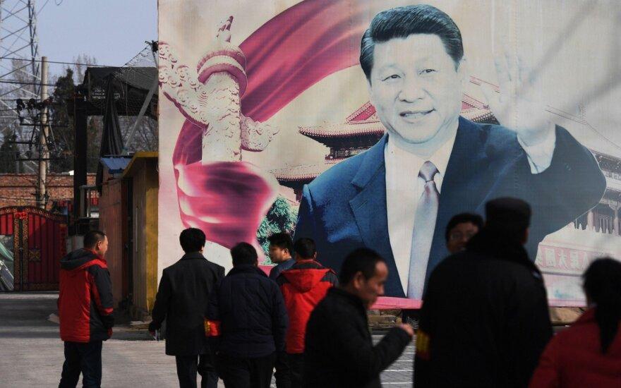 Kinijoje vyrui peiliu užpuolus žmones ir automobiliu įsirėžus į minią žuvo trys asmenys