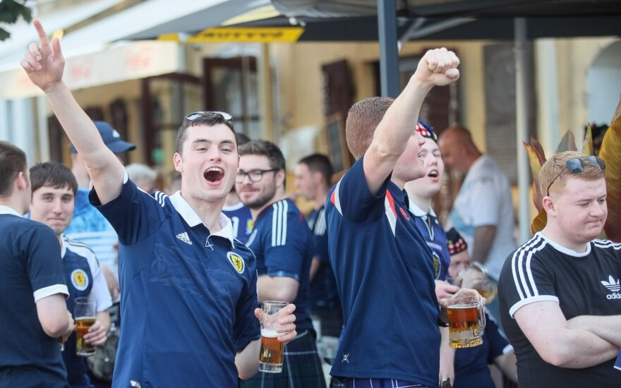 Vilniaus gatvėse ir baruose šėlsta škotų sirgaliai