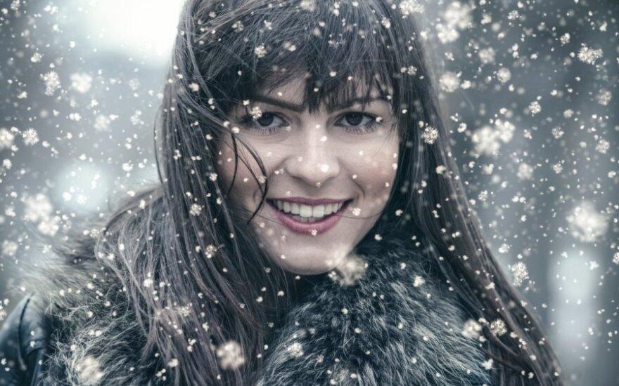 Plaukų priežiūra žiemą: jokių šepečių ir cheminio sušukavimo