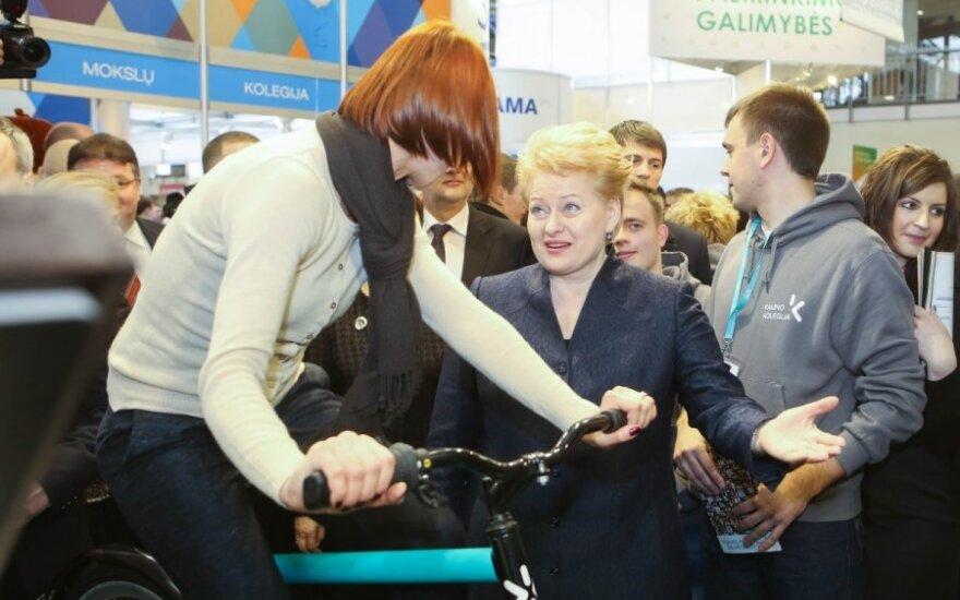 D. Grybauskaitė moksleiviams papasakojo apie dvejus metus nešiotą kostiumėlį