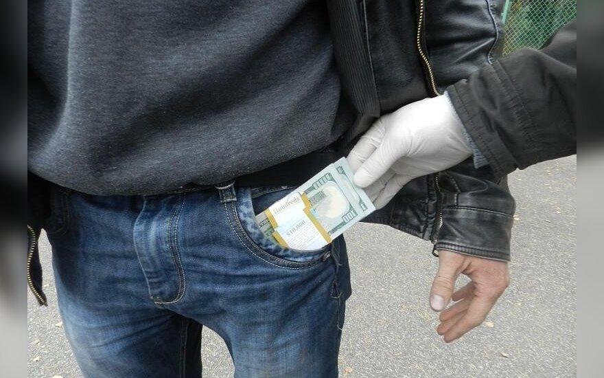 Pasieniečiai iškratė baltarusio kišenes, radinys to buvo vertas