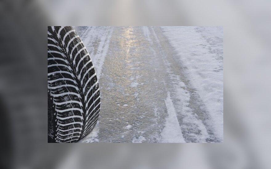 Netikėtas sniegas daugiausiai nuostolių pridarė Vilniaus vairuotojams
