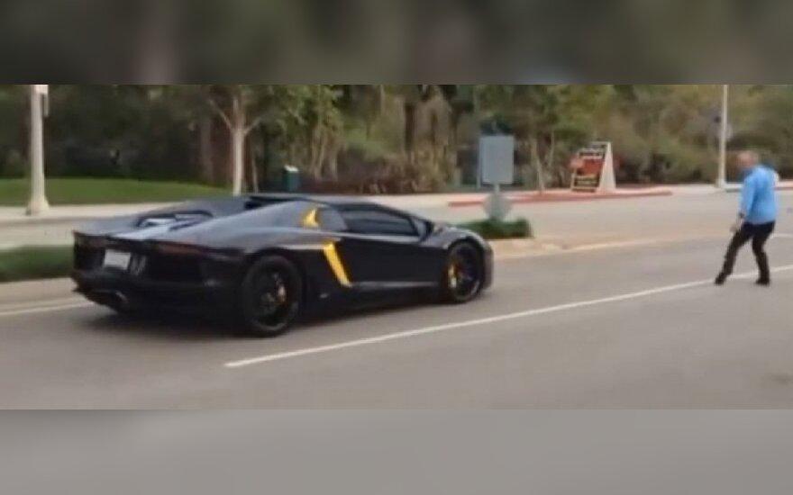 Lamborghini Aventador apmėtė akmenimis