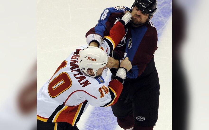 """Brianas McGrattanas (""""Flames"""", kairėje) grumiasi Davidu Koci (""""Avalanche"""")"""