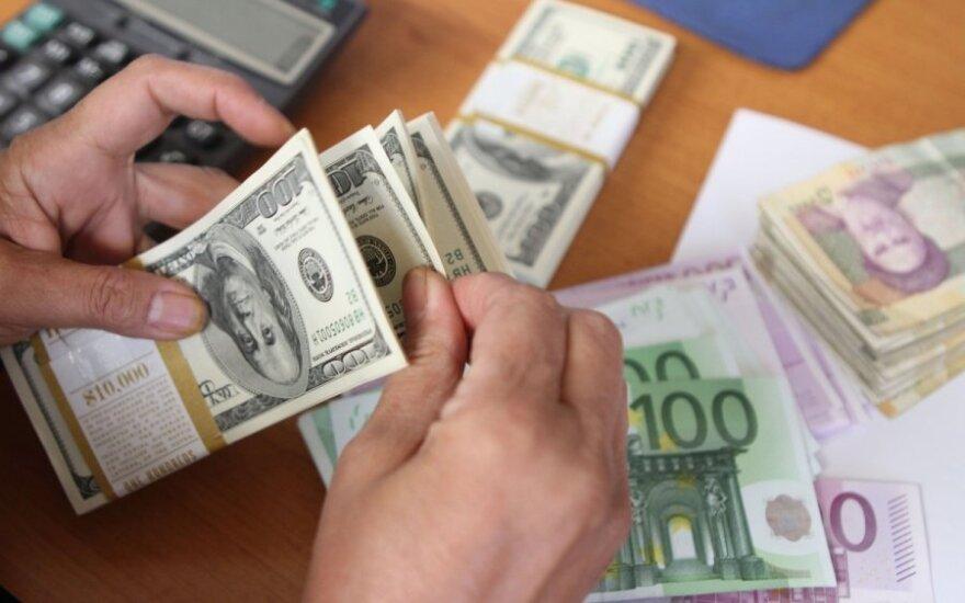 Nespėjome litų išsikeisti į eurus, o jau metas pirkti dolerius?