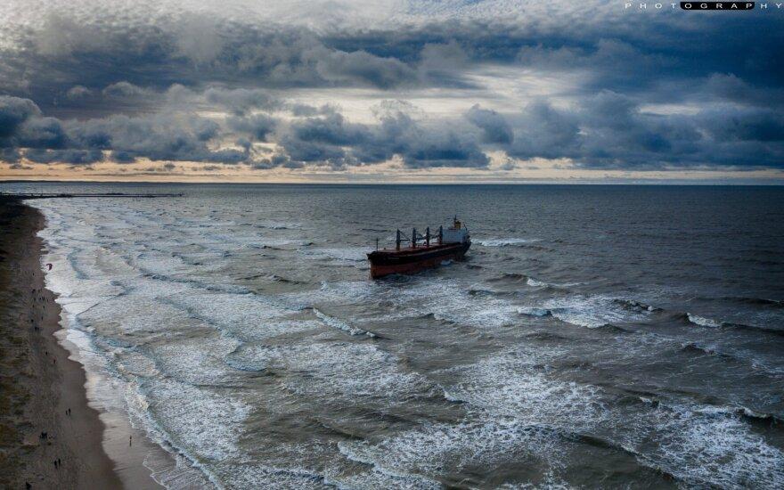 Ant sausumos užplaukęs Kipro laivas pajudėjo uosto link
