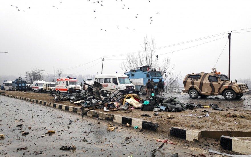 Indija: per sprogimą ginčytinoje teritorijoje žuvo mažiausiai 30 pareigūnų