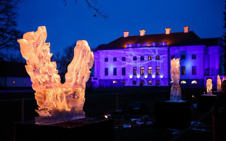 Pakruojo dvare vykęs ledo skulptūrų ir ugnies festivalis subūrė tūkstančius lankytojų