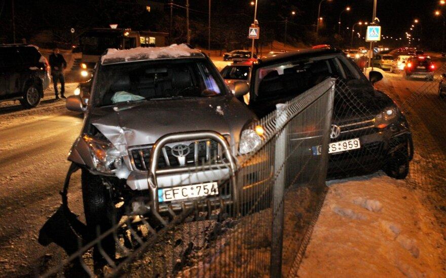 """Praleidžiant iš stotelės išvažiuojantį autobusą sudaužyti du visureigiai ir """"Opel"""""""