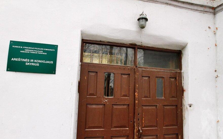 Vilniaus areštinėje sulaikytasis likimo draugui sulaužė kaulus