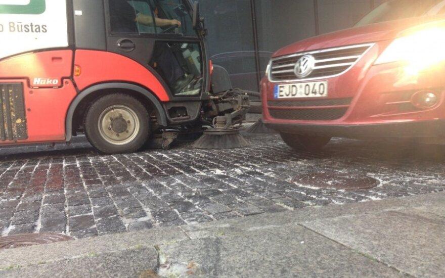 Skubančius į darbą nustebino gatvių plovėjai