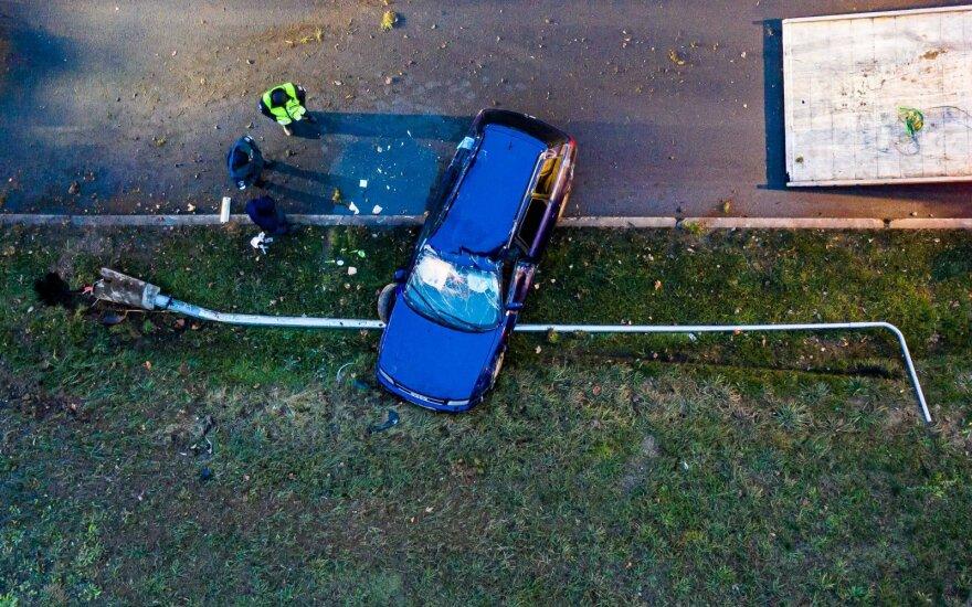 """Vilniuje jaunuolio vairuojamas """"Audi"""" nugriovė apšvietimo stulpą ir apvirto"""