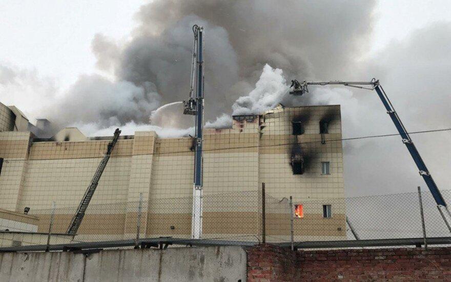 """Putinas perspėja """"nesėti nepasitikėjimo"""" dėl gaisro Kemerove"""