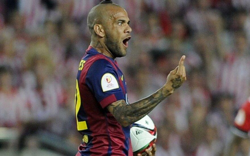 """Oficialu: D. Alvesas pratęsė sutartį su """"Barcelona"""""""