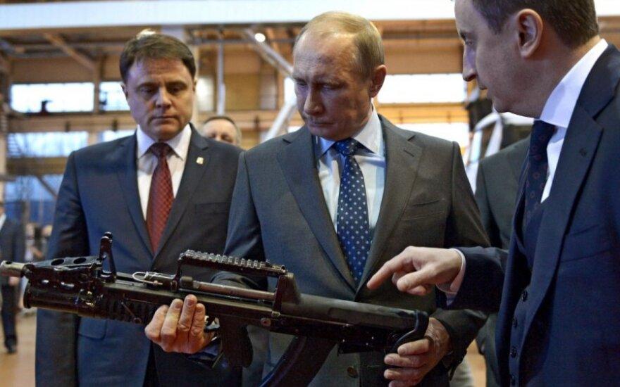 Vladimiras Putinas ginklų gamykloje