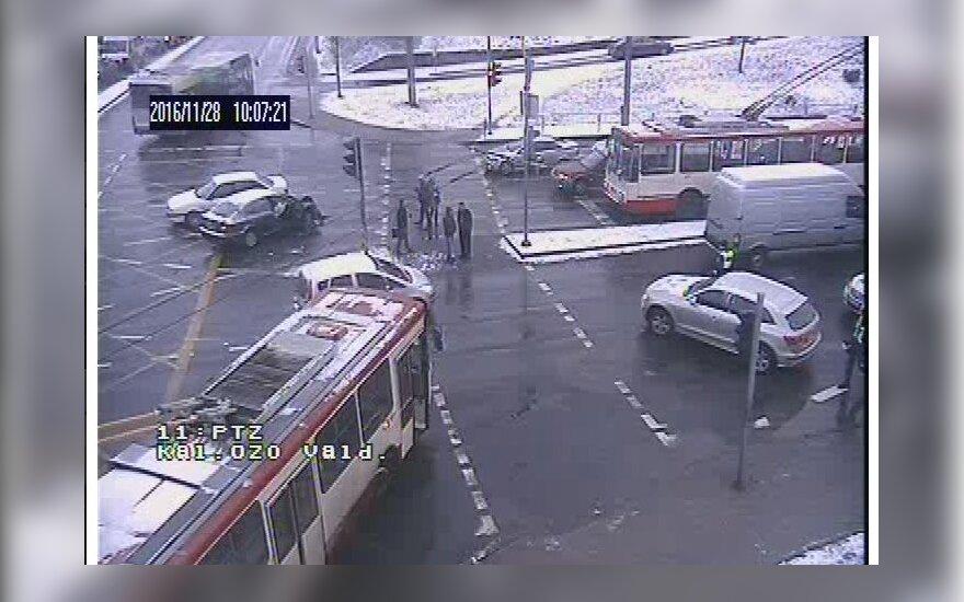 Vilniuje dėl avarijos troleibusams sankryža tapo neįveikiama