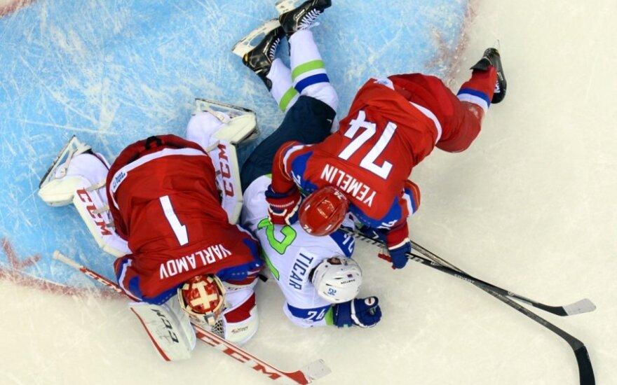 Rusai Semionas Varlamovas ir Aleksejus Jemelinas kovoja su slovėnu Roku Ticaru