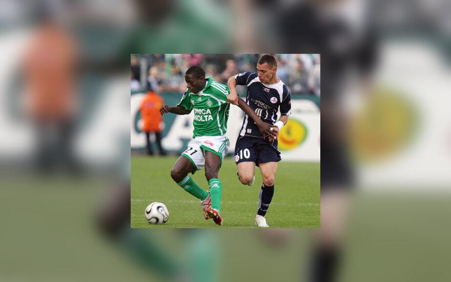 "Mouhamadou Dabo (""St.Etienne"", kairėje) kovoja su Ludovic Obraniak (""Lille"")"