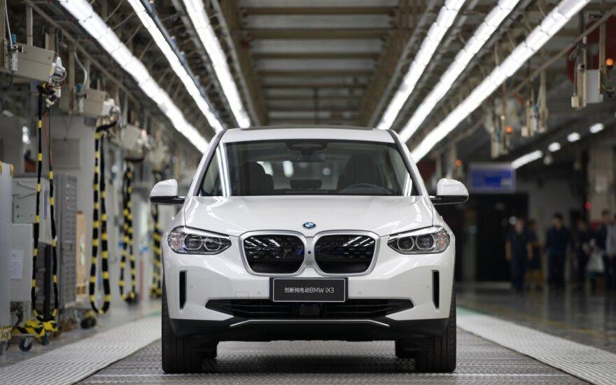 """Lietuvą pasiekė naujas """"BMW iX3"""": pristato netradicinėje vietoje – šiltnamyje"""