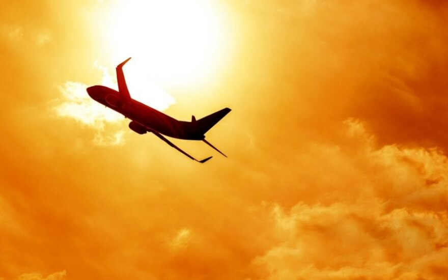 Laukiantiems vėluojančių skrydžių nori duoti ir pinigų, ir maisto