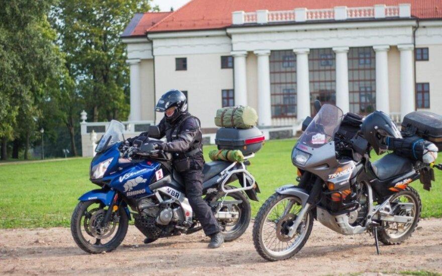 Motociklininkai apjuosė Lietuvą Baltijos kelio dieną