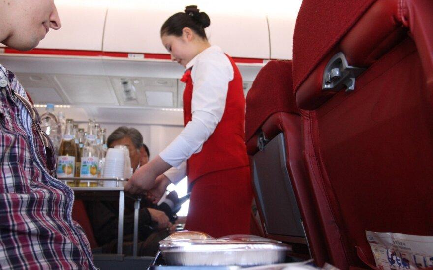 Skrydžių palydovams trūko kantrybė: išsakė, ko keleiviams nedera daryti lėktuve