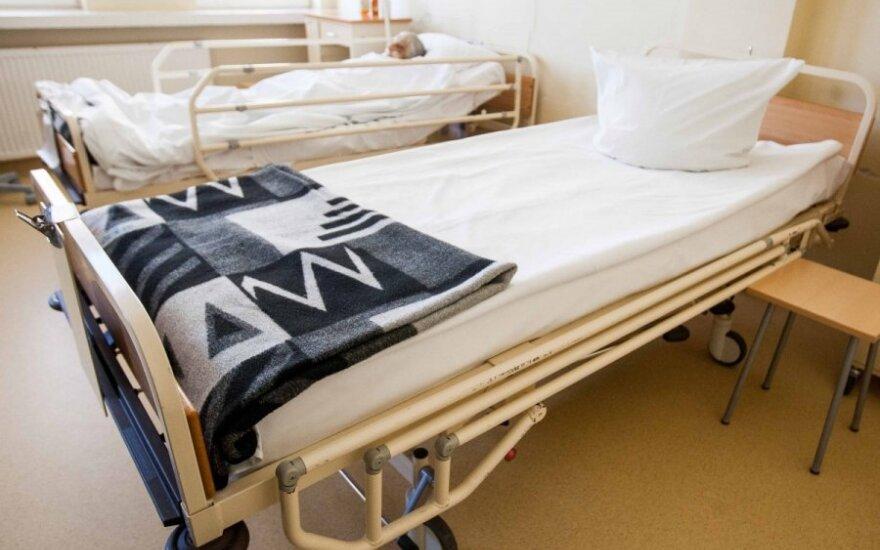 Koją sugipsavęs chirurgas vaiką pėsčią paleido namo