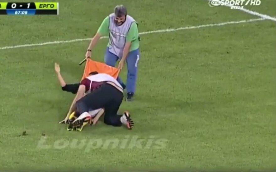 Graikijoje traumuotas futbolininkas keistai išnešamas iš aikštės