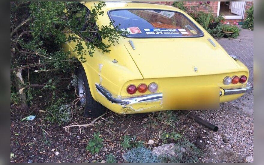 Žioplumo viršūnė: sportinį automobilį pavogęs vyras rėžėsi į kaimynų sieną