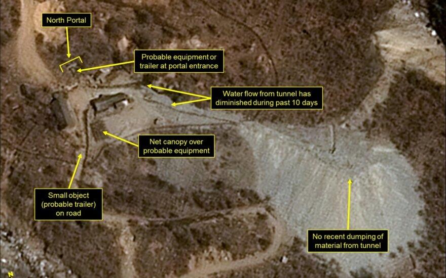 Stebėtojai: Šiaurės Korėja ardo savo branduolinių bandymų kompleksą
