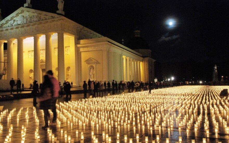Katedros aikštė - nušviesta tūkstančių žvakučių