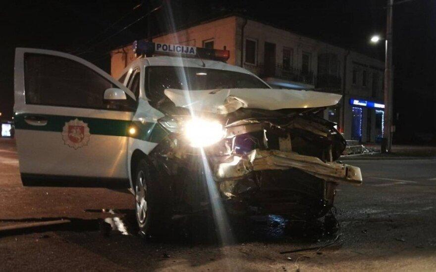 Kaune policijos automobilis pateko į avariją, automobiliai stipriai sumaitoti