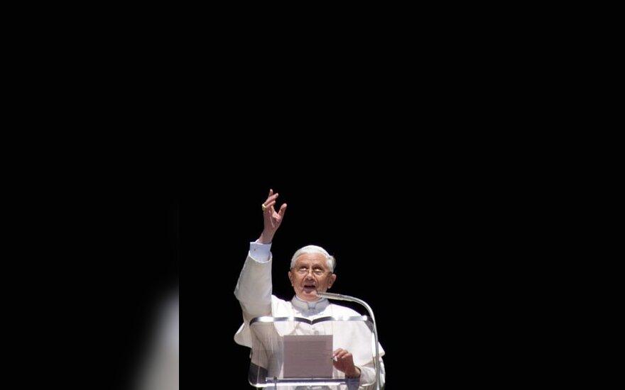 Popiežius Benediktas XVI laimina tikinčiuosius