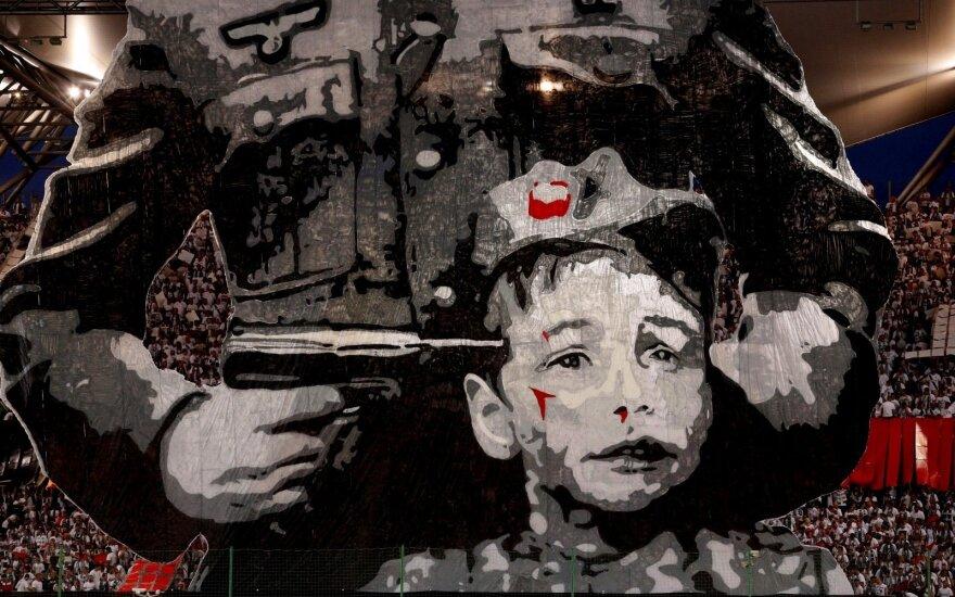 """Varšuvos """"Legia"""" sirgalių plakatas, primenantis nacių žudytus lenkus."""