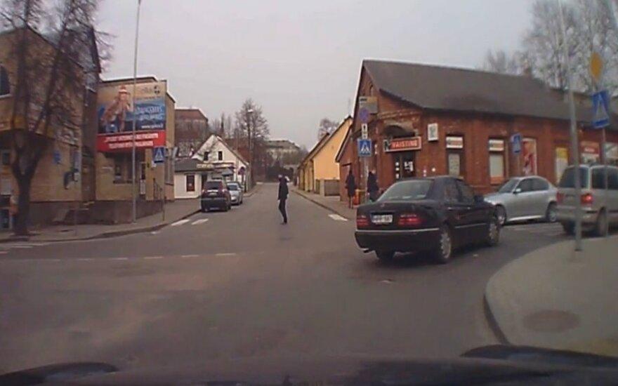 Nufilmavo įžūlų vairuotoją Žemaitijoje: nerūpi nei perėjos, nei kiti automobiliai?