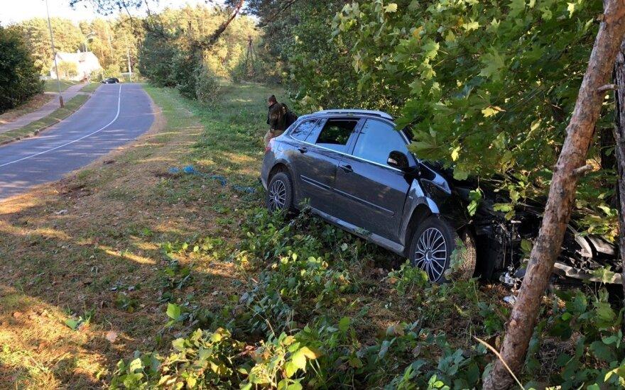 """Į miškelį nulėkusį girto vairuotojo """"Renault"""" keleiviai bandė ištraukti į kelią, bet nespėjo"""