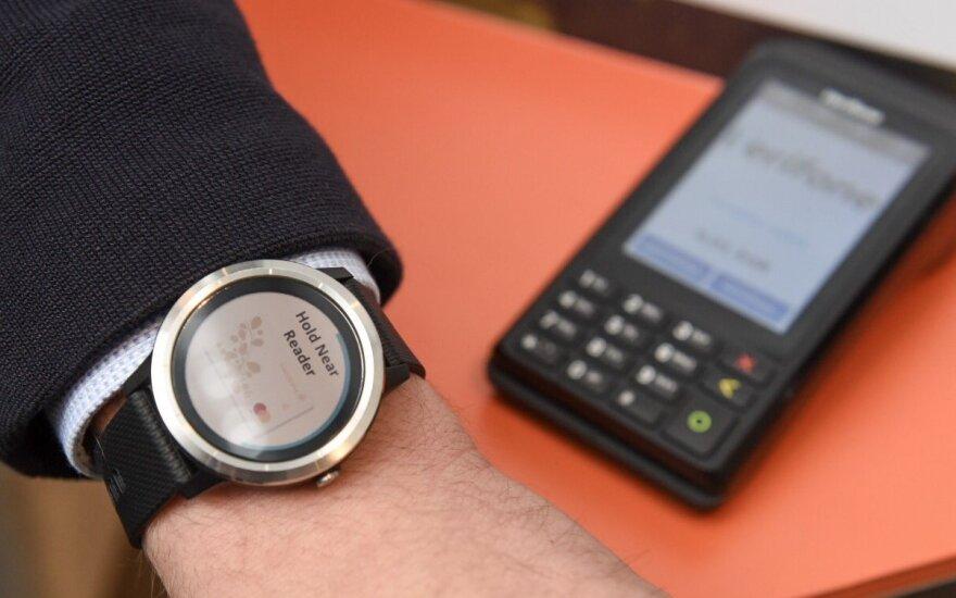 """""""Swedbank"""" pristatė atsiskaitymų išmaniaisiais laikrodžiais galimybę"""