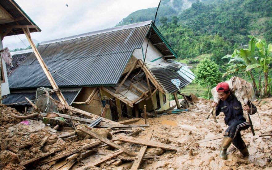 Indonezijoje žemės nuošliaužos aukų padaugėjo iki 32